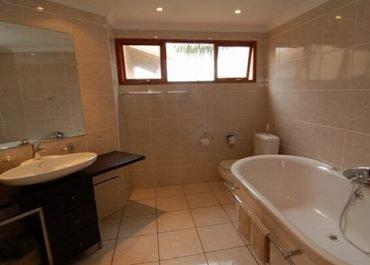 Agulhas House bathroom