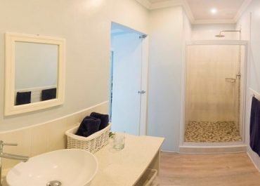 Mseni Lodge Family cottage bathroom